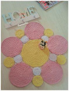 기본원형의 무한가능성?!코바늘 기본 원형뜨는 것만 할줄 안다면 많은 것을 만들수 있답니다. 원형뜨기의 ... Crochet Mat, Crochet Carpet, Crochet Rug Patterns, Crochet Squares, Crochet Crafts, Easy Crochet, Crochet Projects, Hanging Paintings, Crochet Decoration
