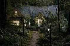 Interior Design on Bella and Edwards Cottage from the movie Breaking Dawn 2 and the twilight saga. Twilight Film, New Twilight, Twilight Breaking Dawn, Breaking Dawn Part 2, Twilight Wedding, Cullen House Twilight, Twilight Pictures, Cottage Shabby Chic, Romantic Cottage