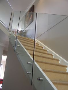 Beautiful Modern Glass Staircase Design - Living Room - Info Virals - New Fashion and Home Design around the World Stair Railing Design, Iron Stair Railing, Staircase Railings, Staircase Ideas, Staircases, Bannister, Glass Stair Balustrade, Balustrades, Glass Railing