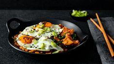 Kimchi & Cauliflower Rice With Eggs & Scallions Korean Food, Korean Recipes, Whole 30 Breakfast, Baby Spinach, Cauliflower Rice, Kimchi, Garlic, Eggs, Cooking