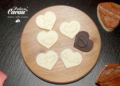 Corações de chocolate de branco e de leite