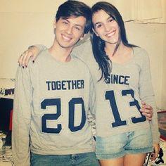 """Duas blusas que juntos completam """"Togehter Since 2013"""" = """"Juntos desde 2013"""". Muuuito legal né! Para isso, ela recortou as letras e números em papel contact, colou na camiseta e pintou por dentro com Tinta para Tecido."""