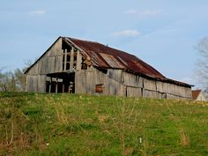 This barn is located in the Flatwoods area of Columbia, Kentucky.