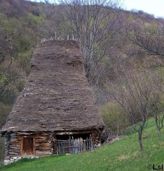 Traditional house from a remote village in Mt. Trascau, Romania / The Green Life Vernacular Architecture, Futuristic Architecture, Architecture Design, Small Places, Places Around The World, Around The Worlds, Bulgaria, Small House Diy, Perfect World