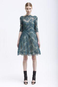 Vestido de fiesta corto 2013 en color verde frío con detalles de encaje y transparencias - Foto Monique Lhuillier