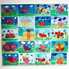 Schmetterlingswand  Bevor die Eltern der neuen Erstklässler zur Schulanmeldung kamen haben wir noch schnell die Pinnwand mit den Antarktis Plakaten umdekoriert ➡️ Ich finde die Bilder leuchten richtig toll ☀️ Und so funktionierts: Zuerst haben die Kinder mit Wasserfarben den Schmetterling, die Wiese, Blumen und den Himmel gemalt  Dann musste das Bild trocknen. Dann haben wir mit Holzstäbchen und Acrylfarben das Muster für den Schmetterling getupft  #kunst #kunstideen #kunst...