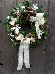 Рождественский венок белый Christmas Wreaths, Christmas Decorations, Holiday Decor, Advent, Diy And Crafts, Weaving, Fancy, Knitting, Home Decor
