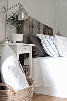 Tête de lit fabriquée avec du bois de palettes. J'aime le mélange de styles!