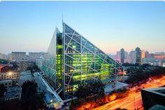 """AIRLIFE MUNDIAL te dice Las ventajas de vivir en un edificio """"verde"""" Ahorro económico, una vida más saludable y protección al medio ambiente. Para que sea un proyecto """"verde"""" y así obtener todos los beneficios antes mencionados, las inmobiliarias instalan un equipamiento especial tanto en el edificio como en los departamentos, que incluye paneles solares y/o fotovoltaicos, iluminación leed, ventanas con termopanel, luminarias eficientes, ascensores autoenergizados…"""