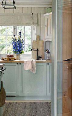 Colorful Kitchen Decor, Kitchen Colors, Mint Kitchen, Kitchen Ideas, Cottage Kitchens, Cottage Homes, Small Cottage Interiors, Layout Design, Küchen Design