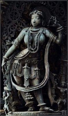 Kesh vinyas, Combing hair. Ancient Indian Art, Ancient Art, Stone Sculpture, Sculpture Art, Saraswati Idol, Indian Art Paintings, Ravivarma Paintings, Indian Temple Architecture, Hindu Statues