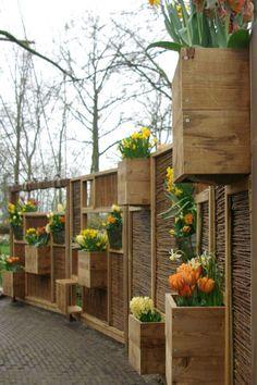 dit is weer eens iets anders - Nicole Jaspers - Playground Garden Yard Ideas, Balcony Garden, Small Space Gardening, Small Gardens, Backyard Fences, Yard Landscaping, Scaffolding Wood, Pallet Designs, Growing Vegetables