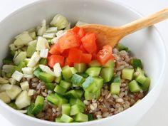 INSALATA TIEPIDA DI POLLO, CEREALI E MANDORLE 3/5 - Scolate i cereali, versateli in una ciotola, unite i dadini di zucchina, i pomodori e i finocchi. Dividete a pezzetti le olive ed aggiungetele al resto.#fileni #pollo #ricette #cucina #cooking #recipes