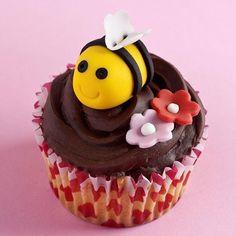 Met behulp van de stap voor stap instructie in ons recept kun je gemakkelijk deze bijen cupcakes maken. De basis maak je van de FunCakes mix voor cupcakes. De bijen maak met de rolfondant van Renshaw.