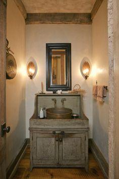 salle de bai rustique avec des meubles en bois