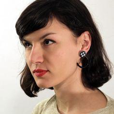 Diese speziellen schwartz-weißen Ohrringe bestehen aus 2 Teilen Ein vintage schwarz-weißer Knopf als Ohrstecker + 16 schwarze, kleine Venetianische Glaskugel an der bronzanen Ohrring.  Dies ist...