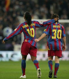 Ronaldinho of Barcelona celebrates with Lionel Messi after scoring a goal during the Primera Liga match between Real Madrid and F. Barcelona at the Bernabeu on November 2005 in Madrid, Spain. Get premium, high resolution news photos at Getty Images Football Messi, Messi Soccer, Sport Football, Basketball, Fc Barcelona, Lionel Messi Barcelona, Good Soccer Players, Best Football Players, Soccer Stars