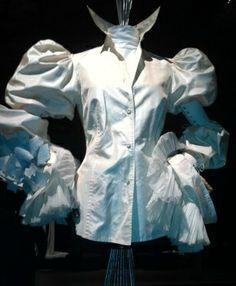 La camicia bianca secondo Ferrè. Mostra del capo simbolo dello stilista al Museo del tessuto - Prato