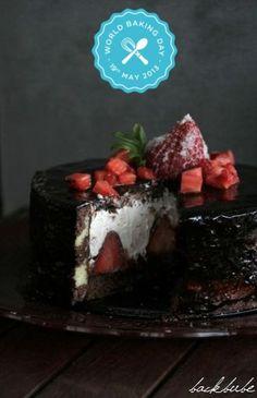 Knackige Erdbeer-Schokoladen-Torte mit gestreiftem Biskuit & Glanzguss
