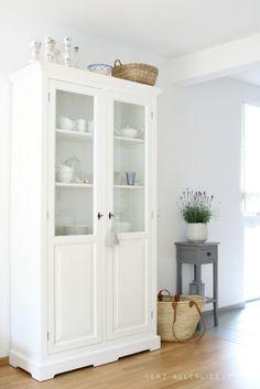 adoro este tipo de muebles, con vidrio para ver lo que hay adentro...y blanco.!!!