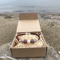Agápi ❤️ mit seinem roten Kork-Band, hilft dieses Armband dabei auf Echtleder bei der Accessoires-Produktion zu verzichten und bleibt dennoch elegant und hochwertig 🐐💪🏼 #bracelet #nachhaltigkeit #nachhaltigleben #nachhaltigemode #nachhaltig #sustainablefashion #kork #korkleder #korkarmband #rettetdietiere #rettetdietierwelt #savetheplanet #savetheocean #savetheanimals #cleantheocean #savetheanimals😸🙈🐺🐴🐷🐏🐮🐃🐯🐼🐓🐰 Wedding Rings, Engagement Rings, Band, Elegant, Jewelry, Sustainable Fashion, Sustainability, Enagement Rings, Classy