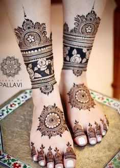 While those minimal bridal feet mehndi designs look super flamboyant, and somehow, the charm of the timeless leg mehndi designs is unparalleled. Pretty Henna Designs, Legs Mehndi Design, Full Hand Mehndi Designs, Henna Art Designs, Mehndi Designs 2018, Mehndi Designs For Girls, Mehndi Design Photos, Mehndi Designs For Fingers, Dulhan Mehndi Designs