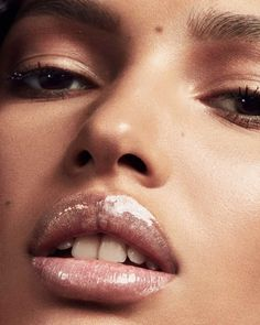 Shop FENTY BEAUTY's Gloss Bomb Universal Lip Luminizer at Sephora. An ultimate, gotta-have-it lip gloss with explosive shine that feels as good as it looks. Beauty Kit, Beauty Hacks, Beauty Shoot, Makeup Brushes, Eye Makeup, Makeup Contouring, Bushy Eyebrows, Glow, Lipgloss