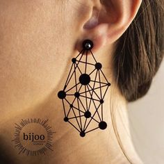 Mit diesen leichten Sternbild Ohrringen, holst du dir die Sterne vom Himmel direkt an deine Ohren. #bijoo #kautschukschmuck #sternbild #constellation #sterne #stars #fancyearrings #blackearrings #schwarzeohrringe Gothic Jewelry, Boho Jewelry, Jewelry Crafts, Jewelry Art, Jewlery, Bijoux Design, Schmuck Design, Jewelry Design, I Love Jewelry