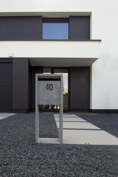 Have a look at this brilliant photo - what an innovative design Driveway Design, Driveway Landscaping, Bauhaus, Modern Entrance Door, Garage Door Design, Prefab, Innovation Design, Curb Appeal, Facade