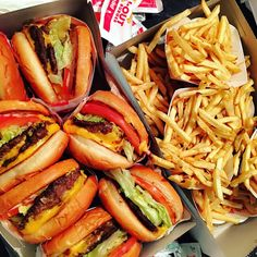 In And Out Burger, Junk Food Snacks, Mouth Watering Food, Food Goals, Aesthetic Food, Food Cravings, Street Food, Food Videos, Love Food
