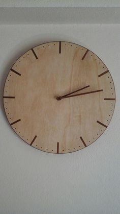 Ahşap duvar  saati ; el aletleri ile eşimin kızgın bakışları  altında salonda yapıldı