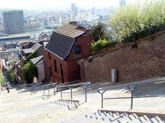 A Liège, la tendance est souvent à l'exagération. Ici, les collines et les escaliers deviennent vite des monts et des montages infranchissables. N'échappant pas à la tendance, cet escalier qui s'élève à 70 mètres au dessus de la Meuse, est baptisé, depuis 1883, la Montagne de Bueren.