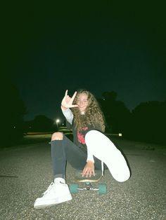 #film #skateboard #longboard #aesthetic #skate Skate Photos, Skateboard Pictures, Skateboard Girl, Selfie Poses, Selfies, Skater Girl Style, Skate Girl, Insta Pictures, Insta Photo Ideas