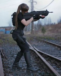 Tactical Sari Croft with I wanted to get a picture of the posture when moving with a gun, which is best seen from the side and then also got a nic. Airsoft, Poses, Armas Ninja, Female Soldier, Warrior Girl, Military Women, N Girls, Dangerous Woman, Badass Women