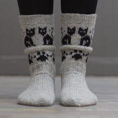Bed Socks, Cozy Socks, Crochet Slippers, Knit Or Crochet, Knitting Socks, Baby Knitting, Knit Socks, Knit Baby Dress, Foot Warmers