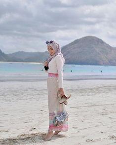 ola tropical island, reaaaddy for ur sun 🌴 ps. i stole my moms bag & darin's slippers Hijab Fashion Summer, Modern Hijab Fashion, Muslim Fashion, New Fashion, Fashion Outfits, Modest Fashion, Plaid Outfits, Girl Fashion, Tropical Outfit