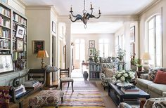 New orleans Style Home Decor Best Of tour the New orleans Apartment Of Author Julia Reed New Orleans Apartment, New Orleans Homes, New Orleans Decor, Traditional Decor, Traditional House, Living Spaces, Living Room, Kitchen Living, Furniture Arrangement