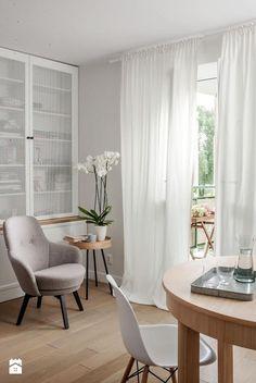 Aranżacje wnętrz - Salon: DOLNY MOKOTÓW - Salon, styl eklektyczny - PINKMARTINI. Przeglądaj, dodawaj i zapisuj najlepsze zdjęcia, pomysły i inspiracje designerskie. W bazie mamy już prawie milion fotografii! My Dream Home, Bookshelves, Interior And Exterior, Accent Chairs, Armchair, Dining Chairs, Curtains, Flooring, Living Room