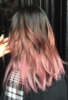 Rose Pink Hair Looks Pink hair has been a big hair colour trend for a few years and it shows no sign Brown And Pink Hair, Ombre Brown, Brown Pink Ombre, Dyed Hair Brown, Brown Brown, Wavy Hair, New Hair, Frizzy Hair, Cabelo Rose Gold