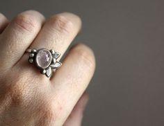 Fleur d'orchis, bague fleurie en argent et quartz rose