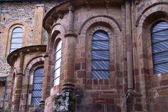 Vitraux de l'abbatiale Sainte Foy de Conques réalisés par Pierre Soulages, Aveyron, France