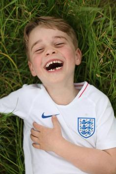 Prince William and Kate Middleton have released new photos of Prince George on his sixth birthday, including one from their family holiday, and one of George in an England shirt Kate Und William, Prince William Et Kate, Prince George Alexander Louis, Prince Charles, Prince George Birthday, Happy Birthday Prince, Meghan Markle, Kate Middleton, Prince Georges