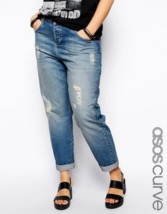 Jeans in Übergröße, exklusiv in der ASOS CURVE Kollektion aus reinem Baumwoll-Jeansstoff schmeichelhafte, hohe Taille verdeckter Reißverschluss klassischer Fünf-Taschen-Stil natürliche Ausbleichungen mit zerschlissenen Details lässiger Boyfriend-Schnitt