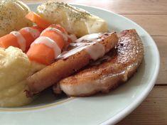 Rydd unna curry, chili og annet fremmedfolk på kjøkkenet - her kommer norsk tradisjonsmat på sitt beste. Flesk og duppe lages ikke så ofte lenger, og det som var hverdagskost den gang da, blir nesten festmat nå. Og hvilken festmat! Saftig sideflesk med silkemyk kålrotstappe. Potet og gulrot i deil Norwegian Recipes, Norwegian Food, Norway, Sausage, French Toast, Meat, Breakfast, Beef, Morning Coffee