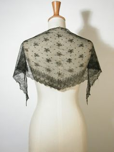 Black Chantilly type lace fichu. 1800