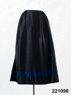 Kjol i halvylle med dekor i sidenband, Skytts, 1825-50. Nordiska Museet, nr. NM.0221098
