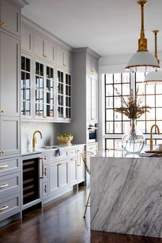 See more ideas approximately Kitchen decor, Kitchen design and Kitchen remodel. Storage Ideas for a clean Kitchen and Cleaner Cabinets Home Decor Kitchen, Gold Kitchen Hardware, Grey Kitchen Designs, Kitchen Remodel, White Marble Kitchen, House Interior, Home Kitchens, Kitchen Renovation, Kitchen Design