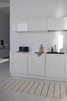 Hannas Home / kitchen / white interior / Kotimme keittiö Exterior Design, Interior And Exterior, Monochrome Interior, Kitchen Room Design, Kitchen White, Dream Apartment, Modern Interiors, Slow Living, White Houses