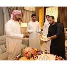 Majid MRM repartiendo porciones de tarta entre sus amigos, cumpleaños de Majid, 16/10/2014. Vía: Khalid (kchookah)