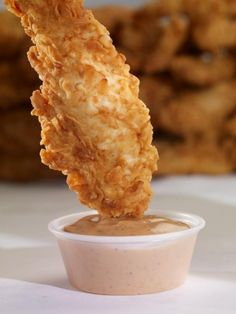 Raising Cane's Dipping Sauce Recipe.  1⁄2 cup mayonnaise  1⁄4 cup ketchup  1⁄2 tablespoon garlic powder  1⁄2 tablespoon Worcestershire sauce  1 teaspoon paprika  Generous amount of black pepper (cover surface two or three times and mix in)  Combine all ingredients. It will start to look and taste right as you blend them together, but it is best to let the sauce sit for a few hours before serving.